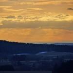Obrysy na obzoru. Poslední horizont je bezpochyby šumavský lem kopců, které ohraničují ČR